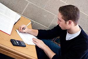 Jugendlicher beim Lernen